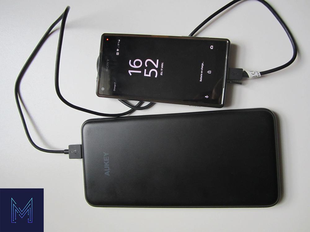 Aukey PB-Y14 avec un smartphone branché
